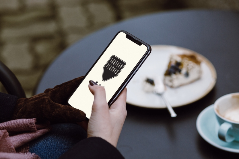 woman_iphone x_cafe